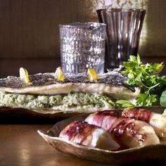 Lubina rellena de hierbas con puerros y verduras. Te contamos los trucos para que triunfes en la cocina con Pescados para chuparse los dedos