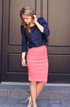 Синяя блузка и розовая юбка-карандаш