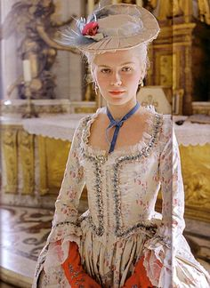 Kirsten Dunst in Marie Antoinette by Sofia Coppola - Marie-Antoinette not part of my heroes but i like KD SC Costume Marie Antoinette, Marie Antoinette Movie, Kirsten Dunst Marie Antoinette, 18th Century Dress, 18th Century Fashion, Historical Costume, Historical Clothing, Mode Rococo, Sofia Coppola