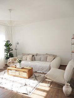 Das Wohnzimmer von aboutperri ist in Naturtönen gehalten. Das große weiße Sofa und der kuschelige Sessel bieten genug Sitzfläche. Der Couchtisch aus Holz und die Vertigo Pendelleuchte sind ein echte Hingucker! Ikea, Laughing, Sweet Home, Outfit, Home Decor, Furniture, Flowers, Natural Living Rooms, Living Area