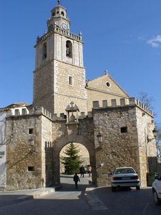 La iglesia de Nuestra Señora de la Asunción de Tarancón, Cuenca, bonita puerta y muralla