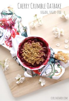Cherry Crumble Oatbake (vegan, refined sugar free) | curlsnchard.com