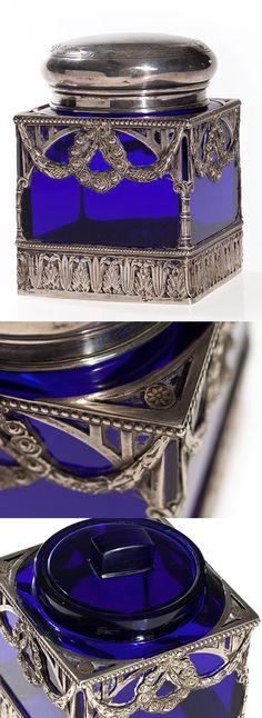 Jugendstil Teedose in verzierter Silberfassung, um 1910/15. Silberwarenfabrik Ferdinand C. Henzler. Die durchbrochene Montierung in Silber umfasst einen kobaltblauen Glaskörper in der Art der französischen Stücke des 19. Jahrhunderts. Mit Feingehaltszeichen und Herstellermarke punziert.