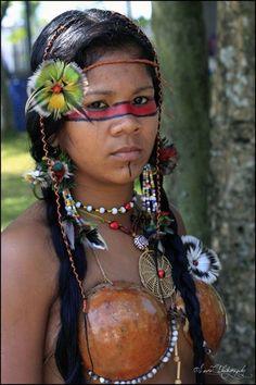 Bertioga, Brazil (brazilian indigenous woman cultural event) - a photo by Laura C. Tribal People, Tribal Women, India Linda, Pintura Tribal, Cherokees, Beautiful World, Beautiful People, Xingu, Native American Beauty