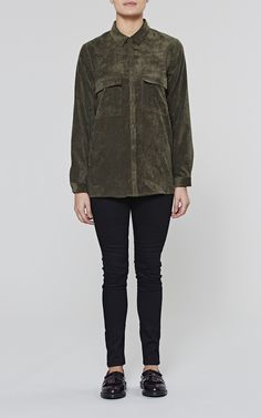This long sleeve olive corduroy shirt features classic chest pockets as well as a straight hem design. This autumnal toned oversized shirt is part of the Artillery range from AW16 and can be paired comfortably with any of our black trousers.