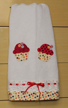 cute cupcake to applique on a quilt, like the buttons Sewing Appliques, Applique Patterns, Applique Designs, Embroidery Applique, Machine Embroidery, Sewing Hacks, Sewing Crafts, Sewing Projects, Dish Towels