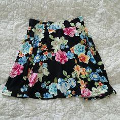 High-waisted Skirt Floral print, great with white or pink crop top!! Can we worn out or to the beach :) I love this skirt...just never got the chance to wear it!! Says size M but can fit a size small which I am...xo Charlotte Russe Skirts Circle & Skater