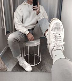 All kinds of vintage outfits are available for boys, some for winter and some for summer. For those boys who are interested in fashion and like to exp. Stylish Mens Outfits, Casual Outfits, Men Casual, Mode Streetwear, Streetwear Fashion, Air Force 1 Outfit, Vintage Outfits, Mode Man, How To Look Classy