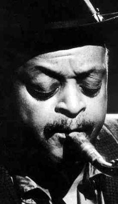 """Ben Webster.-El momento más importante en la carrera musical de Webster se produjo en 1940 cuando se incorporó a la orquesta de Duke Ellington para convertirse en el primer saxofonista importante de la misma, llegando a desempeñar un papel crucial en muchas de las obras clásica de Ellington en esa etapa como """"Cotton Tail"""", """"Conga Brava"""" y """"All Too Soon"""""""