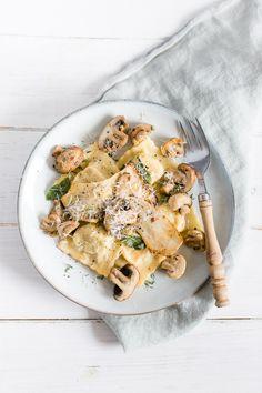 Selbstgemachte Pasta: Pilz-Ricotta-Ravioli mit Salbeibutter als Vorspeise