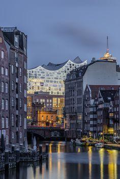Blick durch den Nikolaifleet auf die Elbphilharmonie | Bildschönes Hamburg                                                                                                                                                                                 Mehr