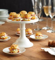 Cheddar scones with herb cream - Aperitivos 2 - FingerFood İdeen Tapas Buffet, Appetizer Buffet, Party Buffet, Appetizer Recipes, Party Finger Foods, Snacks Für Party, Finger Food Appetizers, Special Recipes, Great Recipes
