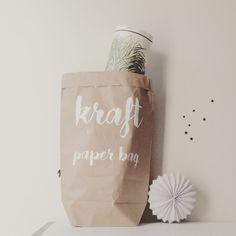 Très pratique, ce grand sac en papier kraft double épaisseur permettra de ranger des doudous, des buches de bois, de la laine, du linge, des affiches...Dimensions 63 x 42 cm©Bazarandco