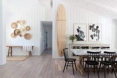 39 Lovely Modern Style Beach House Decor Ideas - The stores these days have so many ideas for beach house decorating in them that you don't know where to start. Make your design your own and these gu. Decoration Surf, Surf Decor, Surfboard Decor, Beach Cottage Style, Beach House Decor, Beach Houses, Beach Chic Decor, Surf House, Surf Shack