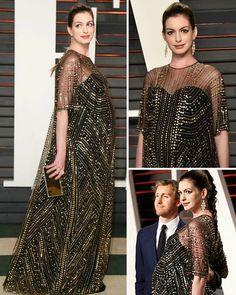 #Oscar2016 (After Party) Quem se destacou na Festa Pós Oscar foi a gravidíssima, maravilhosa, Anne Hathaway! Ela estava incrível num belíssimo vestido Naeem Khan, preto, coberto por uma bata transparente, com lantejoulas douradas.  Se atentem também aos detalhes, que combinaram perfeitamente com o look! O penteado (uma trança alta), a make (de olhos marcados e batom marsala), a clutch e os brincos.  Estava toda linda! Um arraso!