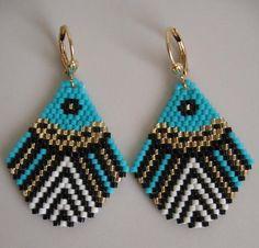 Ces jolies boucles doreilles sont faits main avec des perles de rocaille delica crème, noir, & or mat turquoise, mat. Ils sont basés sur un modèle que