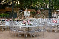 A Cenográphia criou uma decoração de casamento contemporânea na Fazenda Vila Rica, inspirada nos castelos e jardins da França.