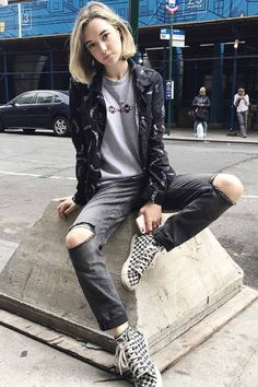 Cool 42 Awesome Grunge Outfits Ideas For Women To Try This Season. More at http://aksahinjewelry.com/2017/12/21/42-awesome-grunge-outfits-ideas-women-try-season/
