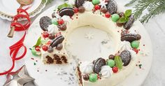 How do you cook easy choc ripple wreath? get instruction detail. Add the wow factor to your Christmas table with this easy choc ripple wreath. Assemble the day before with biscuits and cream – no cooking, no stress – then just decorate on the day. Aussie Christmas, Christmas Lunch, Christmas Cooking, Christmas Desserts, Christmas Treats, Christmas Recipes, Christmas Foods, Christmas Cakes, Christmas Appetizers