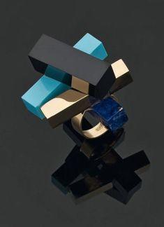ETTORE SOTTSASS Rare Bague or jaune, onyx, lapis-lazuli, turquoise. 1984/86. Réalisée par Cleto Munari. Signée Sottsass, Cleto Munari, 1702 VI. TDD 55 ETTORE SOTTSASS (1917-2007), AUTRICHE, ITALIE Architecte… - Pierre Bergé & associés - 21/06/2011
