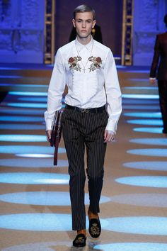 See all the Collection photos from Dolce & Gabbana Autumn/Winter 2018 Menswear now on British Vogue Mens Fashion 2018, Stylish Mens Fashion, Autumn Fashion 2018, African Clothing For Men, Mens Clothing Styles, Milano Fashion Week, Fashion Show, Fashion Design, Vogue Paris