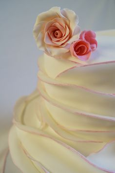 Love the delicacy of the petals all the way up the side of the cake :)