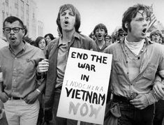 In the Vietnam War caught the attention of University of California, Berkeley, students. And soon, the protests changed. These students protested to end the war in Vietnam. They wanted love and peace not war. Woodstock, Vietnam Protests, Vietnam War, North Vietnam, Vietnam Veterans, Flower Power, Cain Y Abel, Contexto Social, Social Trends