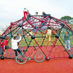There is a lot of space for networlds in the Geoball. Many children can play at the same time. Modern Backyard, Geodesic Dome, Backyard Games, Fence Design, Pastel Blue, Playground, Blue Green, Pure Products, Hammock