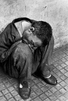 La solitudine dell'uomo - il Manicomio Materdomini di Nocera Superiore (Salerno), nel 1965, da Gli esclusi di Luciano D'Alessandro