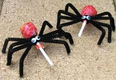 spider pops for Halloween.cute idea for the kids to bring to school for Halloween candy exchange! Humour Halloween, Buffet Halloween, Theme Halloween, Holidays Halloween, Halloween Treats, Happy Halloween, Halloween Decorations, Halloween Costumes, Halloween Spider