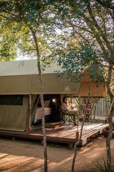 Umkumbe Bush Lodge is in die suidelike deel van Sabi Sand geleë, direk langs die Krugerwildtuin. Die reservaat bied gaste die geleentheid om die Groot 5 te sien, met 2 wildritte per dag. Verblyf word in 'n intieme boskamp met luuks gemeubileerde tente vir 10 gaste aangebied. Umkumbe Bush Lodge is located in the southern part of the Sabi Sand, adjacent to the Kruger National Park. The reserve offers guests the opportunity to view the Big 5, with 2 game drives a day. Sand Game, Kruger National Park, Big 5, Game Reserve, Porch Swing, Outdoor Furniture, Outdoor Decor, Opportunity, Tent