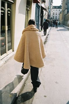 """EATABLE OF MANY ORDERS: The Bread Poncho with Scarf from Autumun-Winter 2013-14 collection """"Bakery"""". Antonio Macarro"""