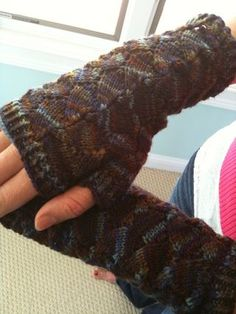 Finished Butterfly Mitts free pattern from Simply Sock Yarn. Great project, texture is awesome. Fingerless Gloves Knitted, Crochet Gloves, Knit Mittens, Knitting Socks, Knitted Hats, Knit Crochet, Knitting Needles, Free Knitting, Knitting Projects
