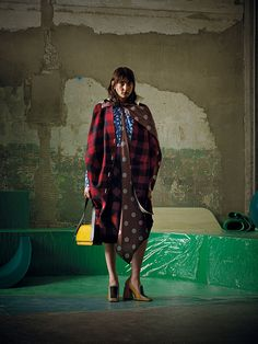 See the complete Marni Pre-Fall 2017 collection. Fashion Line, Fashion 2017, Mundo Fashion, Vogue Mexico, Sport Chic, Vogue Russia, Fashion Show Collection, Pattern Mixing, Fashion Labels
