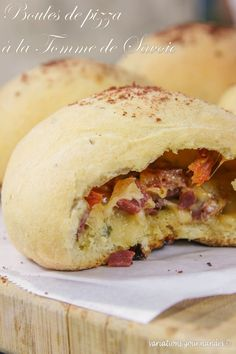 Pizza balls with Tomme de Savoie, dried meat and candied tomatoes - Great Recipes, Snack Recipes, Cooking Recipes, Favorite Recipes, Snacks, Pizza Cake, Food Truck, Cooking Time, Finger Foods