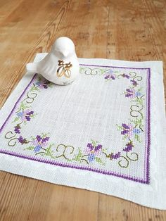 Lovely floral embroidered tablecloth in verygood condition, spotless. The size is: 7 1/4 x 7 1/4 The material is linen, cottonthread International shipping Contact me if you have questions Also offer combined shipping and refunding shipping overages Thank you for visit my vintage shop