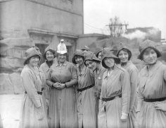 Los miembros del Cuerpo de Bomberos de la Mujer con su director, marzo de 1916.