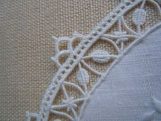 Salve ragazze ... Needle Lace, Bobbin Lace, Bruges Lace, Lace Art, Drawn Thread, Hardanger Embroidery, Embroidery Needles, Lace Ribbon, Lace Making