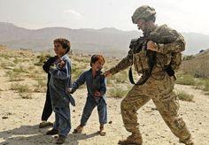 Hipernovas: Imagens tocantes de crianças afegãs interagindo com soldados americanos (33 Imagens)