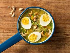 Wij zijn gek op Oosterse soepen! Deze variant is met Paksoi, cashewnoten, paprika, gember, rode peper, sojasaus en vrije-uitloop ei.