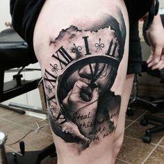 Tattoos ▷ Über 75 Ideen für Tattoo Motive mit einem tiefen Sinn O tempo passa rapidamente, nuvens, relógio de parede com algarismos romanos, dizendo Bild Tattoos, Leg Tattoos, Black Tattoos, Body Art Tattoos, Sleeve Tattoos, Tattoos For Guys, Tattoos For Women, Cool Tattoos, Tattoo Thigh