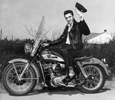 Elvis Presley was also a motorcycle addict. 24 amazing vintage photos below will show this. Elvis Presley on Harley Davidson motorcycle. Harley Davidson Street Glide, Harley Davidson Chopper, Harley Davidson Sportster, Motos Vintage, Vintage Motorcycles, Custom Motorcycles, Indian Motorcycles, Honda Motorcycles, Mode Rock