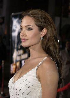 17 Surprising Photos of Angelina Jolie Angelina Jolie Makeup, Angelina Joile, Angelina Jolie Pictures, Angelina Jolie Photos, Jolie Pitt, Le Jolie, Beautiful Celebrities, Beautiful Women, Grunge Hair