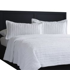 Updating your bedding is an easy way to refresh the master suite or guest room. Whether you go for bold and bright or refined and resort-worthy, this understated quilt set is perfect for creating a stylish retreat in comfort. Queen Size Bedding, Comforter Sets, Home Bedroom, Modern Bedroom, Master Bedroom, Classic Bedding Sets, Ruffle Bedding, Guest Bedrooms, Guest Room