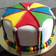 bolo de carnaval colorido inspirado no frevo. Post achados do instagram: doces de carnaval: http://weshareideas.com.br/blog/achados-instagram-doce-carnaval/