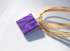 Pendentif carré violet parme lilas effet ruban sur collier organza beige doré métal argenté- Collection : Pendentif par perles-et-petales