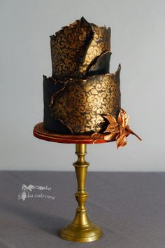 Perfect for an Autumn, Winter or Metallic themed wedding day Amazing Wedding Cakes, Unique Wedding Cakes, Wedding Cake Designs, Amazing Cakes, Metallic Cake, Metallic Wedding Cakes, Pretty Cakes, Beautiful Cakes, Fondant Cakes