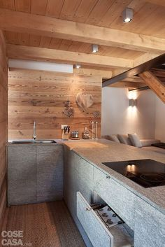 La cucina si identifica con una lunga base a penisola interamente rivestita in. The kitchen is identified with a long peninsula base entirely covered in… Chalet Design, Chalet Style, Küchen Design, Small Rustic Bathrooms, Small Bathroom, Bathroom Ideas, Chalet Interior, Wooden House, Kitchen Interior