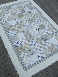 Mias Landliv: Linen and toile. love the colours in this quilt. Small Quilts, Easy Quilts, Low Volume Quilt, Neutral Quilt, Signature Quilts, Nine Patch Quilt, Man Quilt, Shirt Quilt, Machine Quilting