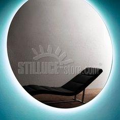 Leucos Sole Nero lampada da parete e soffitto con diffusore in materiale plastico specchiato, montatura in metallo laccato bianco. Disponibile in 3 diverse misure.